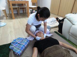 産後骨盤矯正の流れ 授乳、抱っこによる肩こり、首こりをしっかりほぐします。