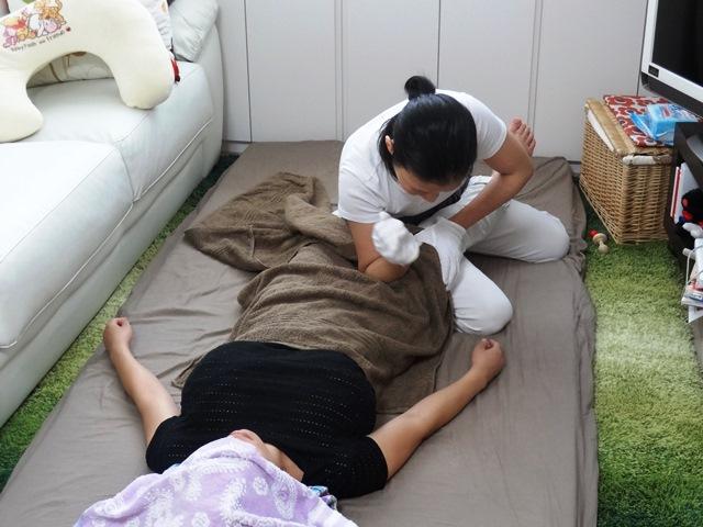 産後骨盤矯正の流れ 内もものコリをしっかりほぐします。