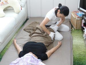 産後骨盤矯正の流れ 太もものマッサージ